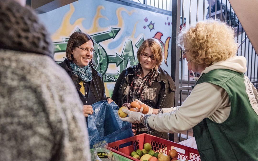 Kunden beim Einkauf von Obst und Gemüse