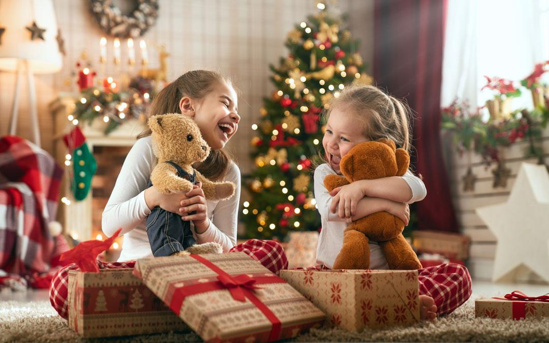 Kinder öffnen Ihre Weihnachtsgeschenke